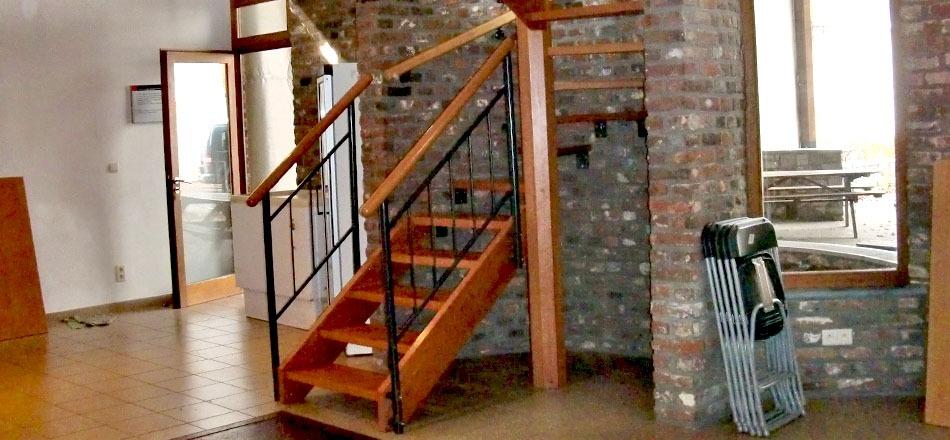 Halle de Deigné, escalier d'accès à la mezzanine
